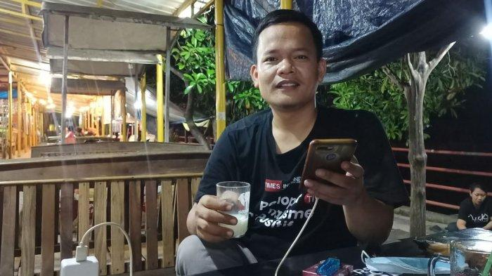Seorang pengunjung menikmati minuman di salah satu kios di Pusat Kuliner Cimanuk, Indramayu