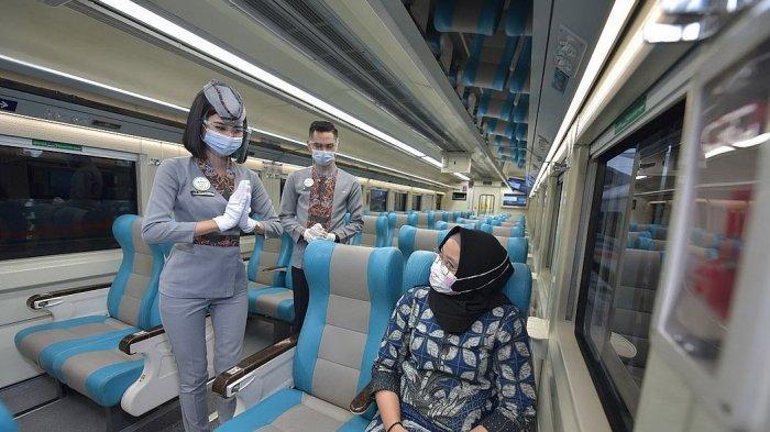 Petugas PT KAI menerapkan protokol kesehatan saat bertemu penumpang