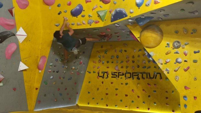 Seorang pengunjung Manjat Climbing Gym sedang memanjat  di Manjat Climbing Gym, Cick Square Mall, Jalan Naripan, Bandung