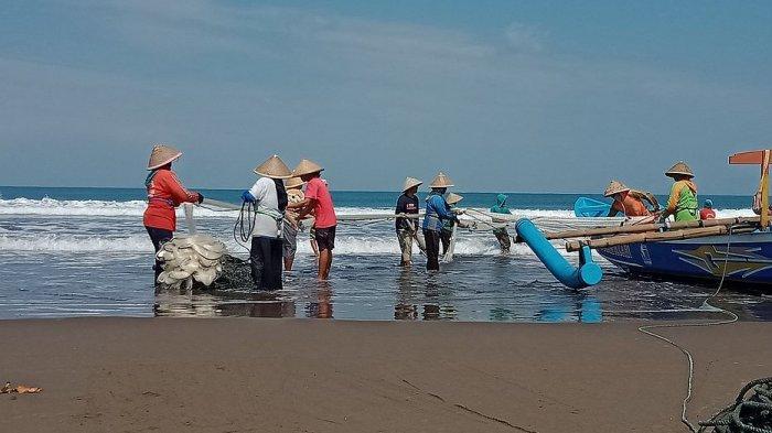 Aktivitas beberapa buruh perahu wisata yang beralih profesi menjadi nelayan penangkap ikan di Pantai Barat Pangandaran, Sabtu (17/7/2021)