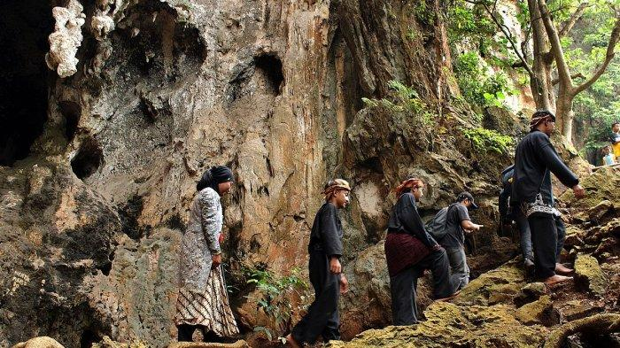 Sejumlah Pesilat dari Paguron Panglipur Pamager Sari, Padepokan Pasir Ipis, Jaya Giri, Lembang menuju lokasi upacara di Gua Pawon, Desa Gunung Masigit Kecamatan Cipatat, Kabupaten Bandung Barat, Rabu (19/5/2021)