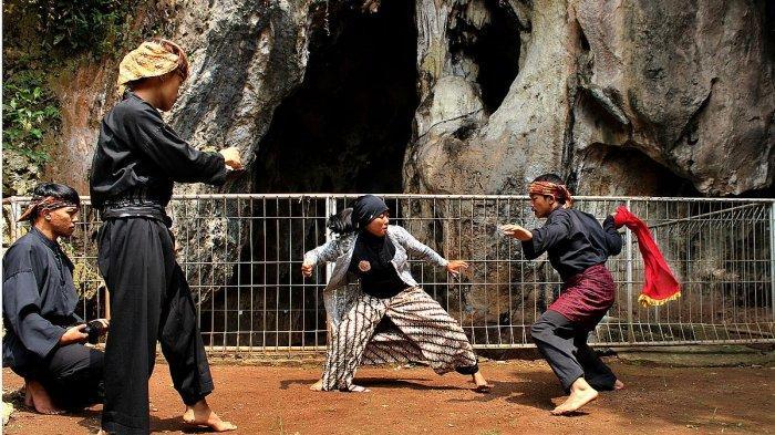 Pesilat Paguron Panglipur Pamager Sari, Padepokan Pasir Ipis, Jaya Giri, Lembang memeragakan jurus silat di Gua Pawon, Desa Gunung Masigit, Kecamatan Cipatat, KBB Rabu (19/05/2021)