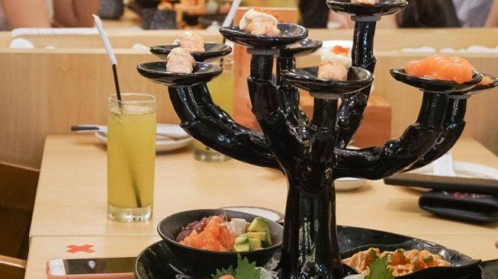 sajian beragam jenis sushi di piring kecil berbentuk pohon di Okinawa Sushi, 23 Paskal Bandung