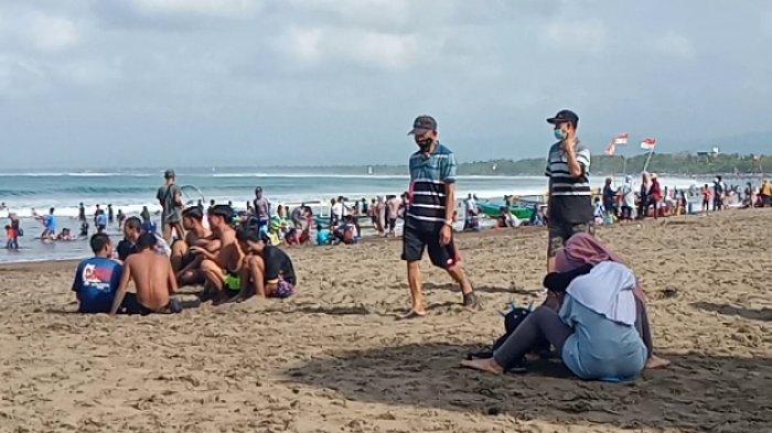 Pantai Barat Pangandaran Dipadati Wisatawan, Petugas Gabungan Terus Menerus Mengingatkan Prokes