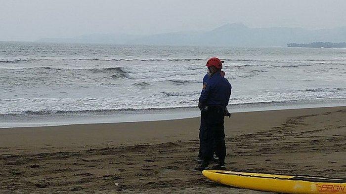 Pantai Citepus, Palabuhanratu, Kabupaten Sukabumi yang minim rambu-rambu peringatan larangan berenang
