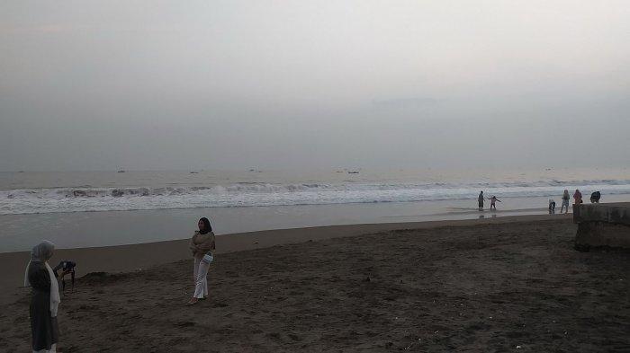 Pantai Citepus, Palabuhanratu, Kabupaten Sukabumi masih minim rambu-rambu larangan berenang di zona berbahaya