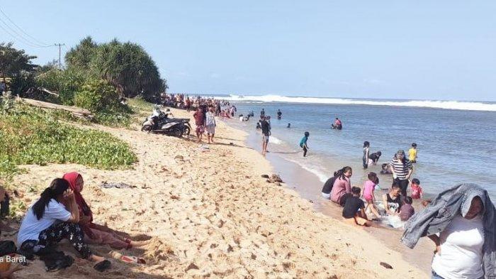 Wisatawan lokal menikmati suasana santai di Pantai Sayang Heulang, Garut