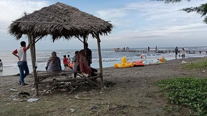 Objek wisata Pantai Tiris (Paris) di Desa Pabean Ilir, Kecamatan Pasekan, Kabupaten Indramayu