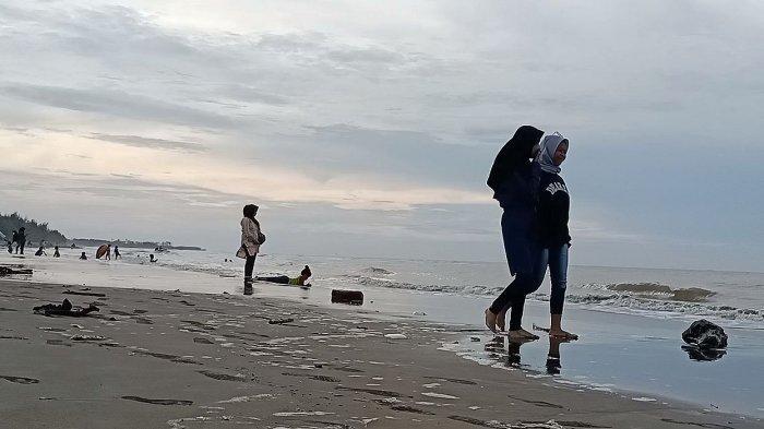 Pantai Tiris (Paris) di Desa Pabean Ilir, Kecamatan Pasekan, Kabupaten Indramayu