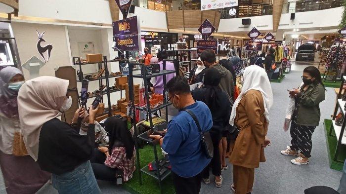 Suasana tenant Wallts yang ramai dikunjungi di pasar Kreatif Bandung, di 23 Paskal