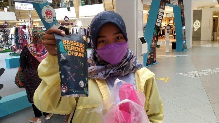 Pengunjung Pasar Kreatif, Mira saat menunjukkan produk yang dibelinya di 23 Paskal