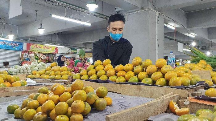 Pedagang jeruk di los buah Pasar Kosambi, bandung, Rabu (28/7/2021). Jeruk menjadi buah yang banyak dicari saat pandemi Covid-19