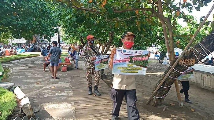 Petugas gabungan mengingatkan wisatawan di Pangandaran untuk mematuhi protokol kesehatan, Minggu (19/9/2021)
