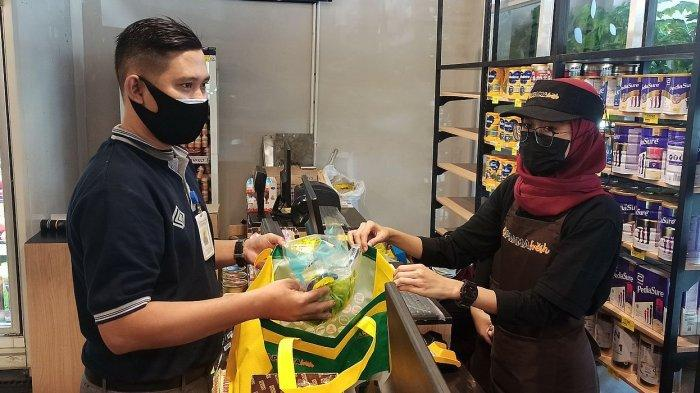 Kepala Toko Prama Fresh Burangrang, Sudono (kiri) ikut melayani pembeli