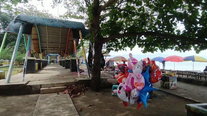 Pedagang mainan anak di ruang terbuka hijau (RTH) Pantai Citepus, Kabupaten Sukabumi