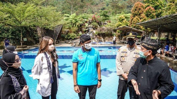 Menteri Pariwisata dan Ekonomi Kreatif, Sandiaga Uno didampingi artis yakni Cinta Laura Kiehl dan Dea Noviantika berkunjung ke Desa Wisata Cibuntu, Kabupaten Kuningan, Senin (31/5/2021)