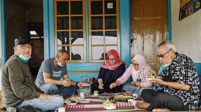 Suasana makan bersama di teras Saung Kawangi di Kampung Talun, Desa Pasigaran, Kecamatan Tanjungsari, Kabupaten Sumedang