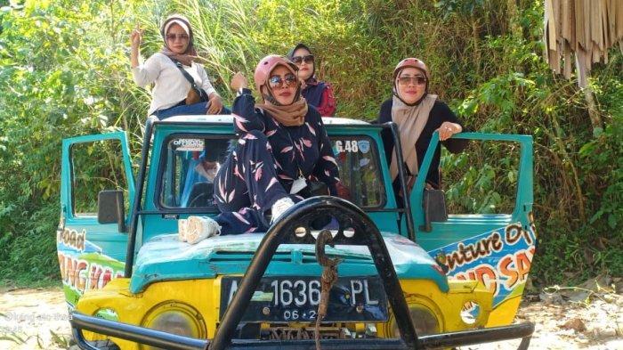 Sejumlah ibu berfoto di objek wisata Sayang Kaak Handapherang Ciamis pada libur lebaran beberapa waktu lalu