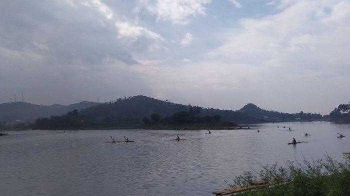 Situ Ciburuy yang sering digunakan untuk latihan olah raga dayung di Padalaran, Kabupaten Bandung Barat