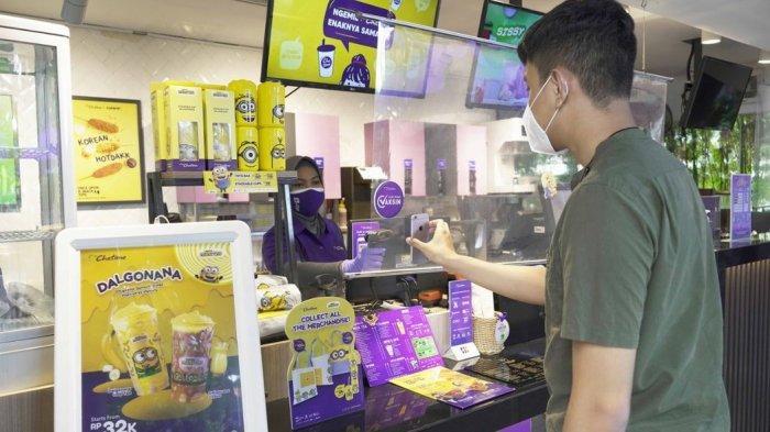 Menikmati Minuman Olahan Susu dengan Topping Krim Dalgona Rasa Pisang Kegemaran Para Minions