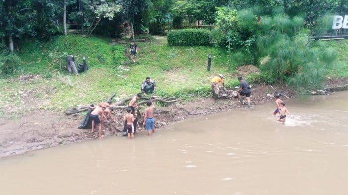 Anak-anak membantu membersihkan sampah sungai di Teras Cikapundung, Jalan Siliwangi, Bandung, Rabu (26/5/2021)