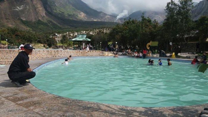 Kolam renang air panas di Taman Wisata Alam (TWA) Gunung Papandayan, Garut