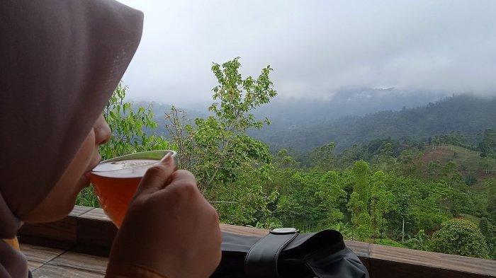 Menyeruput teh di objek wisata kawasan tebing Batu Tumpang, Kecamatan Banjarwangi Kabupaten Garut