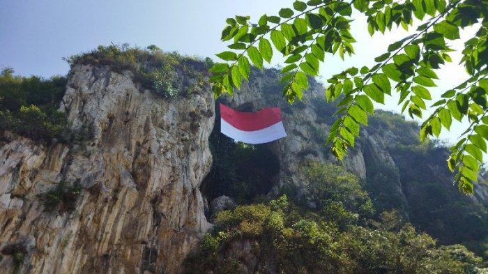 Sang merah putih membentang di tebing Karang Hawu, Kampung Cidadap, Desa Padalarang, Kecamatan Padalarang, Kabupaten Bandung Barat (KBB) t