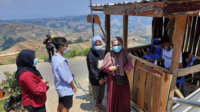 Sejumlah wisaawan masuk melalui pos tiket masuk baru di pintu masuk sebelah barat di Terasering Panyaweuyan Majalengka, Jumat (27//8/2021)