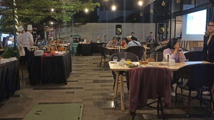 The Plaza Food and Bar di halaman Hotel Mercure Bandung City Center, Jalan Lengkong, Kota Bandung