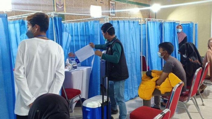 Pelaksanaan vaksinasi di Hotel Abang, Ciwidey, Kabupaten Bandung, Minggu (19/9/2021)