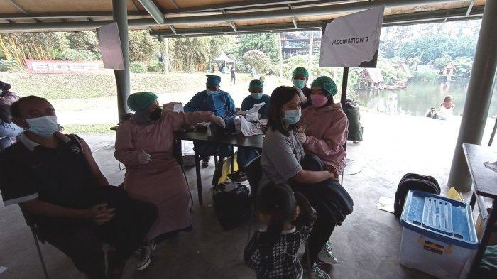 Warga mengikuti vaksinasi di kawasan wisata Dusun Bambu, Kabupaten Bandung Barat, Rabu (15/9/2021)