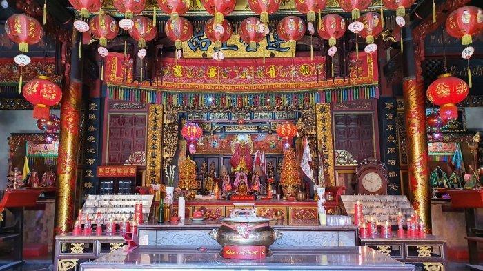 Altar dewa di Wihara Dewi Welas Asih yang berada di Jalan Kantor, Kecamatan Lemahwungkuk, Kota Cirebon