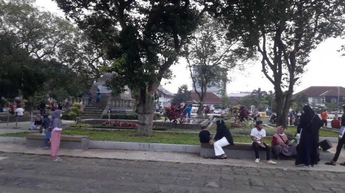 Alun-alun Sumedang Jadi Pilihan Warga Lokal untuk Bersantai di Sisa Waktu Libur Lebaran