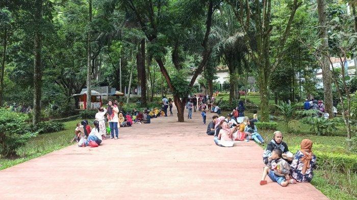 Pengunjung Bandung Zoological Garden Terus Diingatkan Sekuriti untuk Menaati Protokol kesehatan