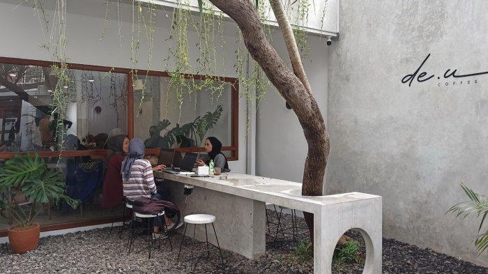 Nyamannya Nongkrong di de.u Coffee Backyard yang Bernuansa Minimalis Tropical