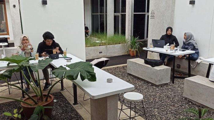 Suasana di de.u coffee yang berada di Jalan Dipatiukur No 23, Bandung