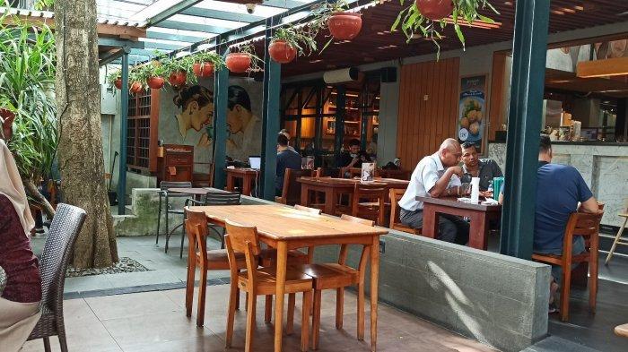 Bekerja atau Nongkrong di Kafe Sambil Menikmati Stewed Beef Stroganof dan  Clementine Lychee Punch