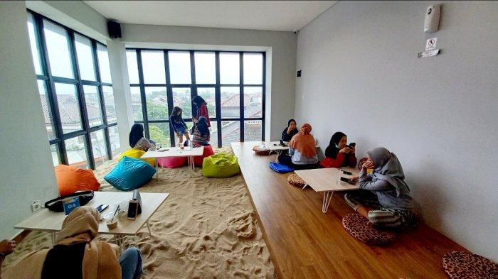 Viral, Di Bandung Ada Kedai Kopi Unik Berkonsep Pasir Laut, Pengunjung Tua dan Muda Berdatangan