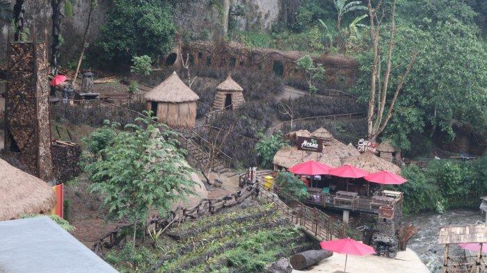 Bangunan khas Africa dengan atap yang terbuat dari ijuk di The Great Asia Africa