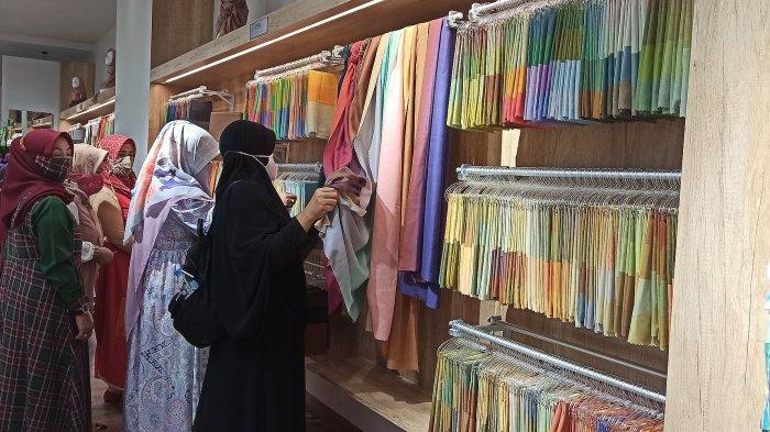 Satu Kerudung Memiliki Empat Warna, Produk Hijab yang Cocok Dipakai untuk Traveling