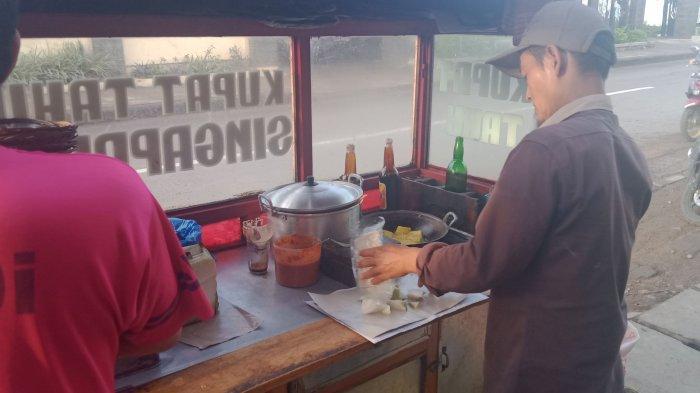 Seporsi Kupat Tahu Singaparna yang Lezat Mengenyangkan di Depan Kecamatan Rancaekek