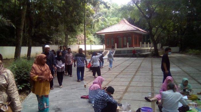 Makam Pangeran Muhammad Ramai Dikunjungi Warga Majalengka Saat Libur Idulfitri