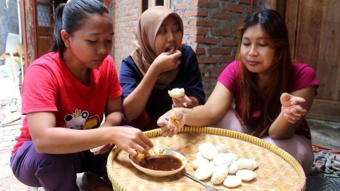 Kue Apem Empuk ditambah Manis dari Gula Merah Dinikmati Warga Indramayu Saat Tradisi Rebo Wekasan
