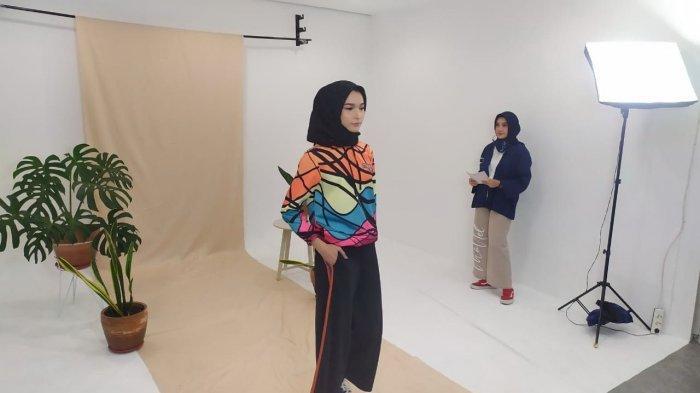 Koleksi Busana Hijab Khusus Wanita Urban dengan Tema Kartun Kolaborasi Monel dan Arkiv