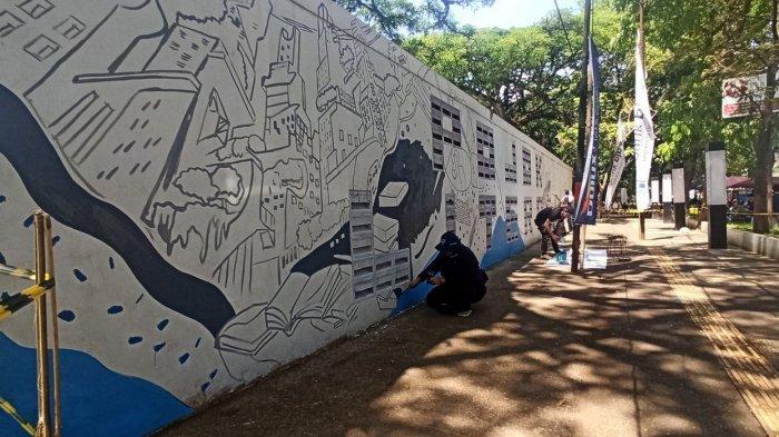 Pembuatan mural di Taman Saparua Bandung