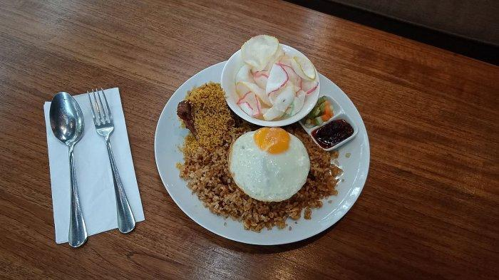 Kelezatan Nasi Goreng Ayam Kremes Dipadu Telur Mata Sapi Setengah Matang yang Lumer di Mulut