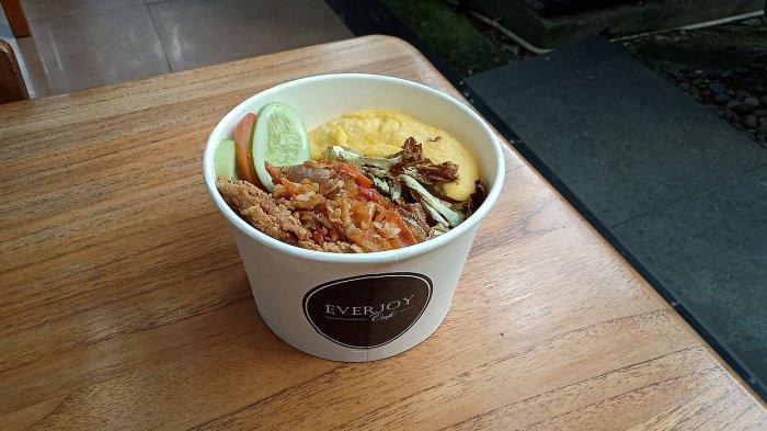 Sedapnya Ayam Geprek dengan Nasi hangat dan Telur Dadar Setengah Matang, Menu Promo di Everjoy Cafe
