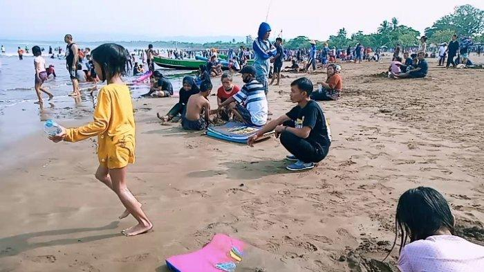 Suasana Pantai Barat Pangandaran pada libur lebaran, Minggu (23/5/2021)