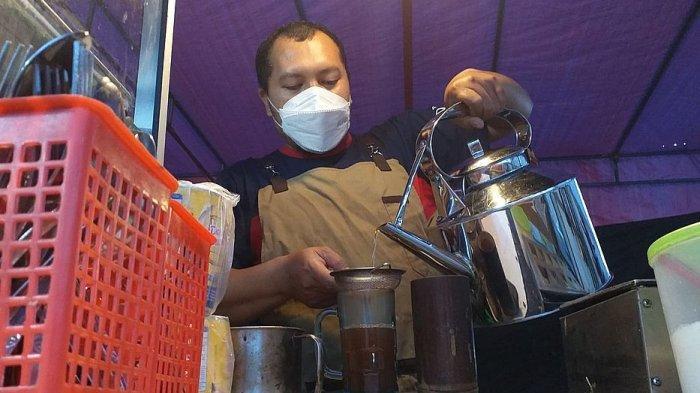 Wedang Jahe dan Kue Balok Buatan Ismail Edwin di Tanjungsari Sumedang Laris Diserbu Pembeli